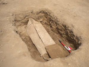 Image: coffin archaelogical dig